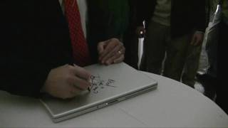 Thumb Steve Ballmer da un autógrafo en una Macbook