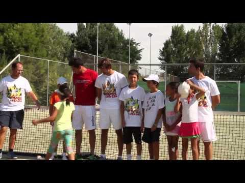 Juan Carlos Ferrero y Nico Almagro con los chicos del Stage de Verano