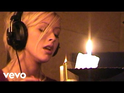 Christina Aguilera - The Christmas Song (Chestnuts Roasting on an Open Fire)
