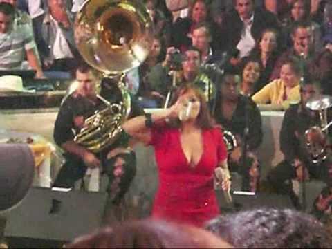 jenni rivera en concierto (muy caliente)