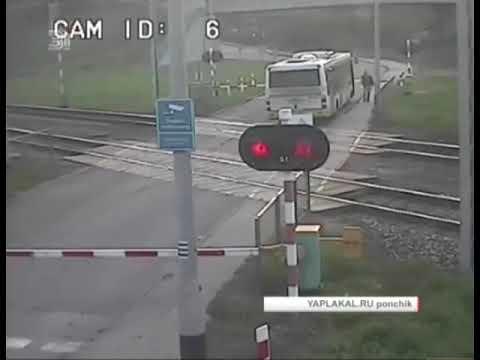 Поезд протаранил пассажирский автобус ВИДЕО