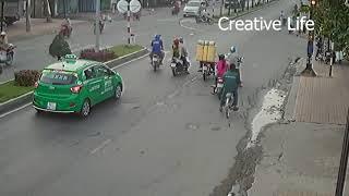 Dừng đèn đỏ, taxi và xe máy bị xe tải húc