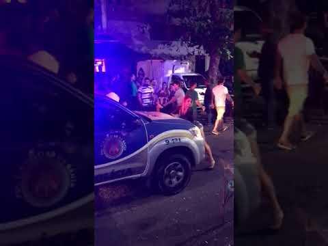 Mulher é flagrada dançando em frente à viatura da PM no Itaigara