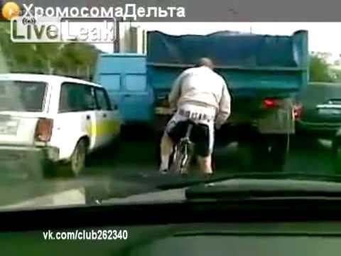 Гиены палят велосипедиста! :-)