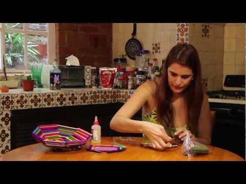 Canasta con palitos de colores