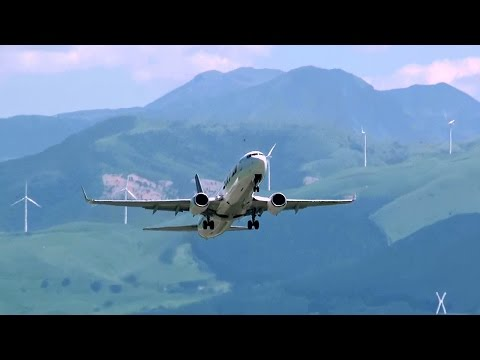 [熊本空港・阿蘇山] Green mountain and jetliner! Skymark Airlines Boeing 737-800 take-off at Kumamoto Airport