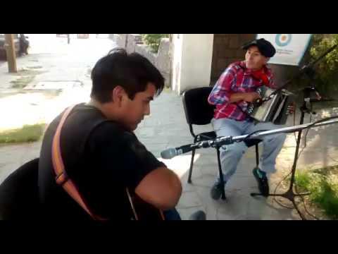 Con acordeon y guitarra en la vereda de la Radio