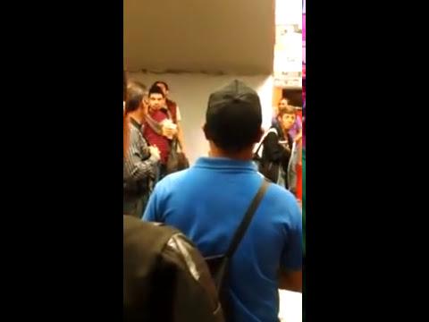Gay afeminado peleando en el metro