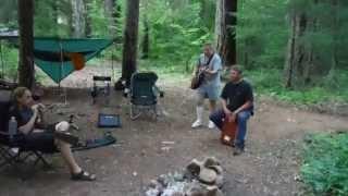 De acampada tocando la guitarra.. y le muerde un murciélago rabioso