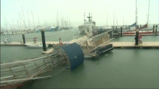 Thousands take shelter as Cyclone Debbie hits Australian coastal resorts