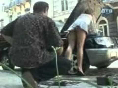 una chica se le ve el culo mientra arregla su camioneta
