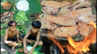 Primitive Technology - Cooking Squid on a rock for lunch