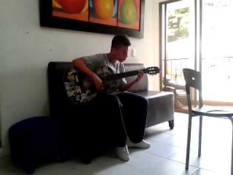 Pingui tocando en su guitarra una de los temas preferidos de su Tio