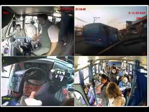 Chofer de bus cede su asiento a madre con hijos