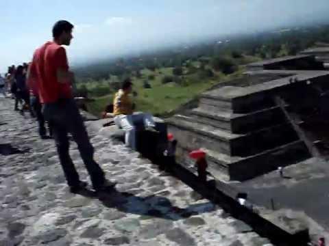 Hombre Cayéndose de la Piramide de la Luna Mexico Teotihuacan
