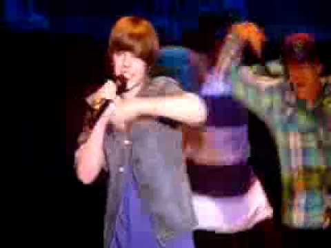 justin bieber falls and brakes his foot on stage!