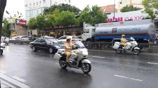 Hộ tống tổng thống Pháp, dẹp đường từ rất xa - Police escorting France President arrive to airport -