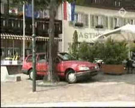 Dick Advocaat assisteert Freek de Jonge met In parkeren