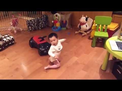 Gangam Style İle çoşan bebek