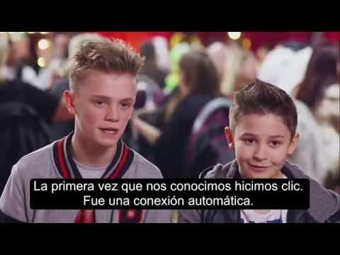 Dos niños cantando al anti bullying