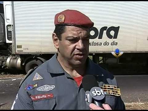 Acidente deixa caminhoneiro preso às ferragens