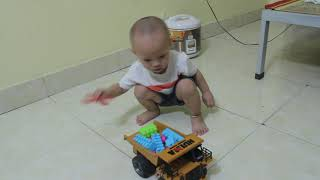 Tom học cách điều khiển oto đồ chơi.