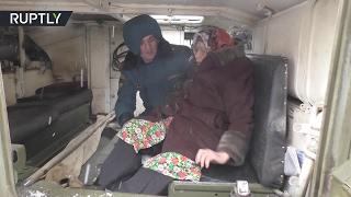 Мирные жители покидают поврежденные обстрелами дома в Киевском районе Донецка