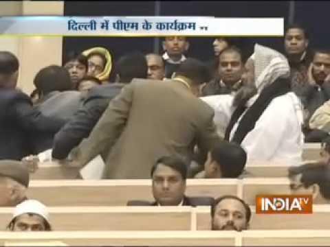 Muslim leader raises voice of protest in presence of Sonia, Manmohan Singh