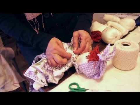Da 25 anni Rosita lavora nel suo laboratorio dove realizza manufatti in stoffa. Con una madre sarta non ha potuto non imparare questo mestiere, che ha rivisi...