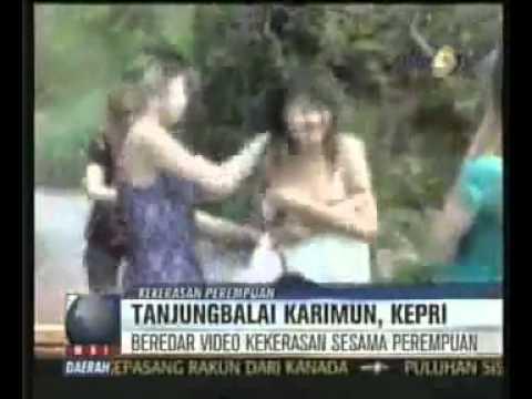 Video Cewek _ Wanita Ditelanjangi di Balai Karimun Riau 3gp.flv.mp4