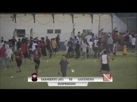 salvaje agresion de jugadores a arbitro en un partido por el ascenso
