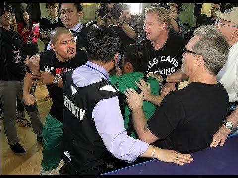 El entrenador de Manny Pacquiao Freddie Roach es pateado por Robert García entrenador de Rios