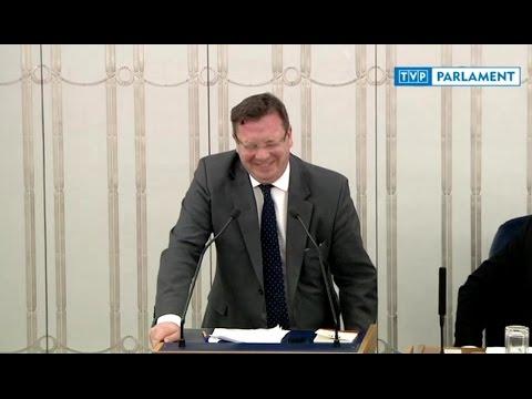 Wiceminister Wójcik nie wytrzymał ze śmiechu ze swojej pomyłki o podpaskach elektronicznych