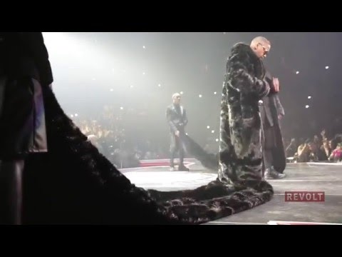 "Nas Performs ""Hate Me Now"" 