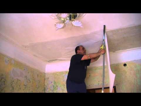 Клеим обои на потолок своими руками видео