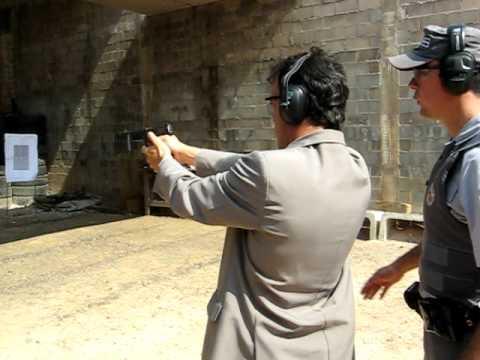 Luis Eduardo atirando com uma pistola .40
