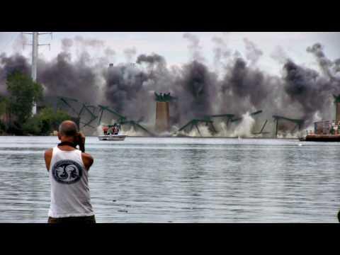 2009 Lowry Bridge Implosion in HD: Kablooie!
