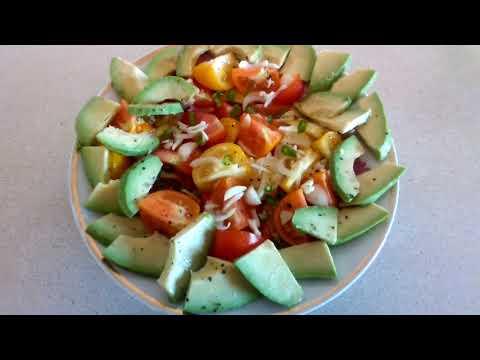 Быстрый ужин: лепестки из свинины в рукаве, картофель и тушёные овощи + салат из авокадо и томатов.