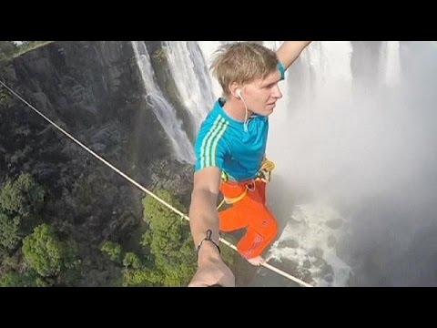 Cruzan las cataratas Victoria sobre una cuerda floja