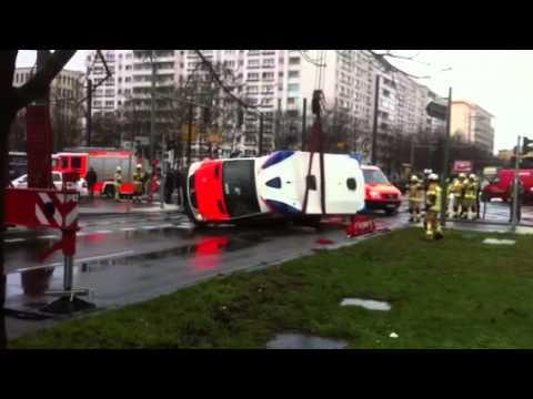 Rettungswagen kollidiert in Berlin-Mitte mit Pkw (2)