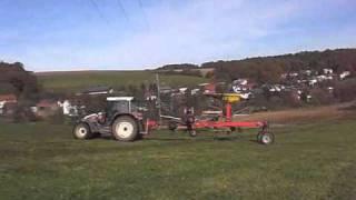 Steyr 9094 Special M trac mit Fella schwader beim Schwadern 03:48
