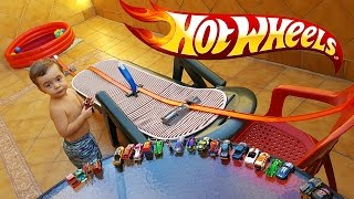 HOT WHEELS NA PISCINA DE GELLI BAFF!! Corrida de Carros Hotwheels Gelli Baff Pool Race Cars 🚙 🚗