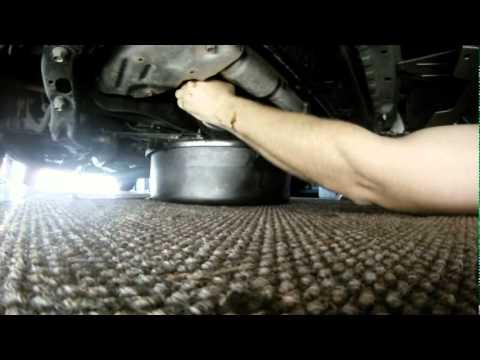 Замена масла в двигателе Subaru Impreza WRX 2.5 turbo (Субару), видео