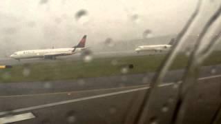 Молния бьет в пассажирский самолет