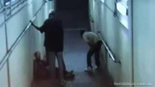 Trois blacks agressent un indien dans le métro