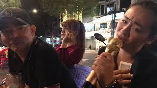 Ca sĩ Mỹ Nhung hát hè phố