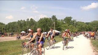 3,000 cyclists ride the Katy Trail near Columbia