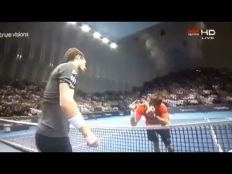 Tommy Robredo shows his middle fingers to Andy Murray