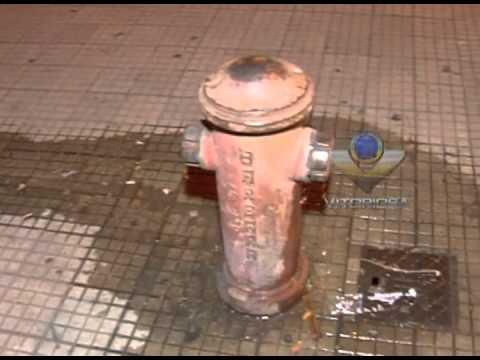 Hidrante desperdiça água no centro de Uberlândia