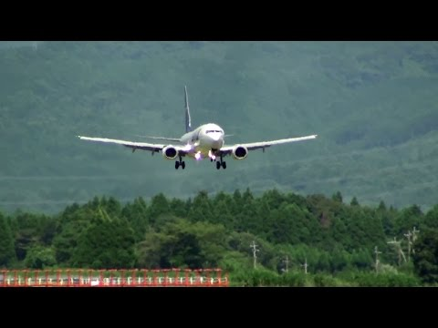 [熊本空港・阿蘇山] Green mountain and jetliner! Skymark Airlines Boeing 737-800 landing at Kumamoto Airport